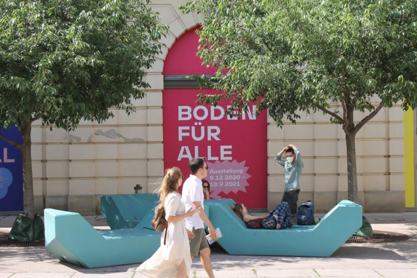 Exteriér múzea s kaviarňami a príjemným verejným priestorom.