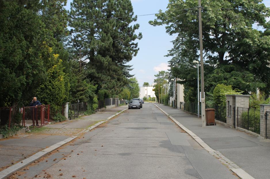 Široké ulice a veľké množstvo zelene v lokalite Baba.