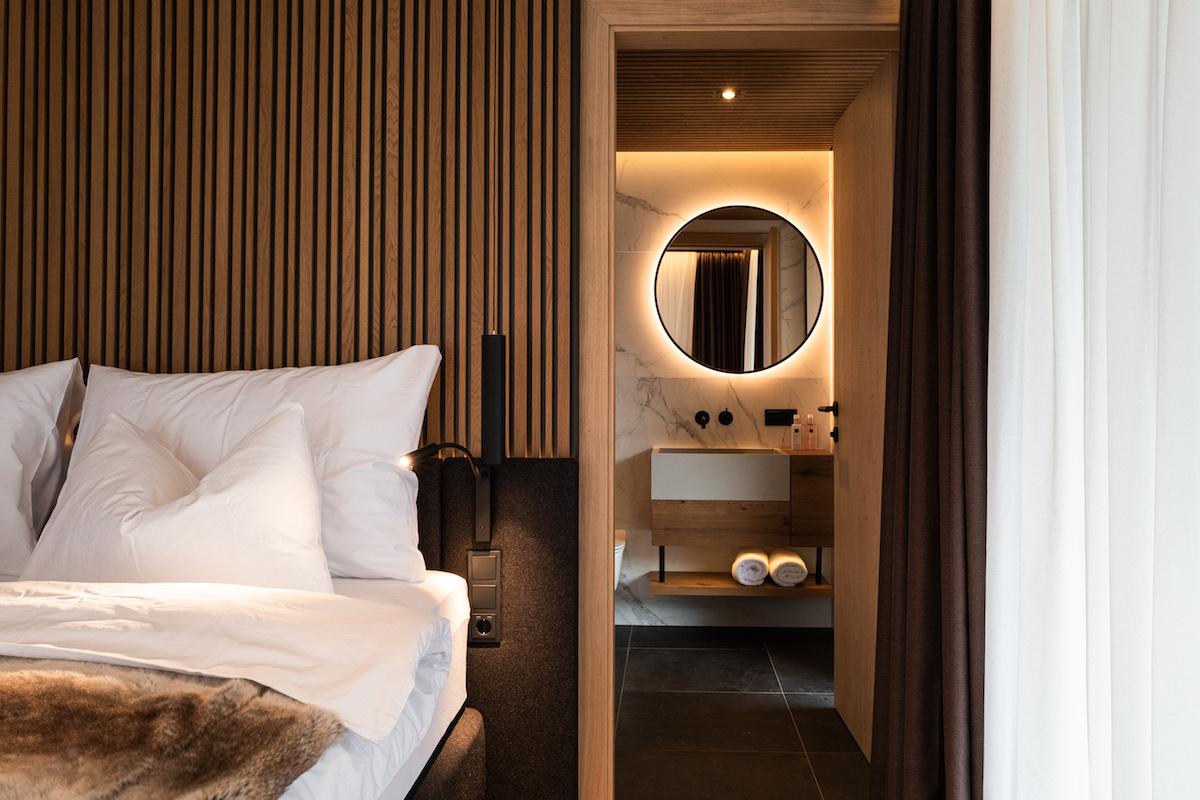 Kombinácia materiálov, štruktúr a osvetlenia dodali chate nádych tepla i luxusu.