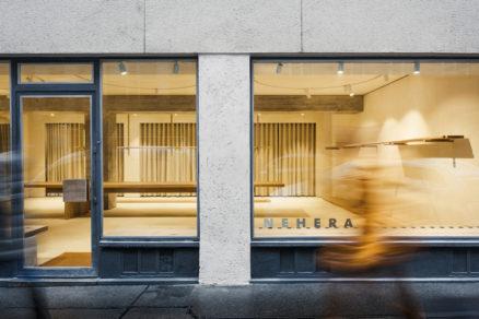 Trojosové priečelie predajne sa odrazilo aj v riešení interiéru – delí sekcie kabínok, skladu a zázemia zamestnancov.