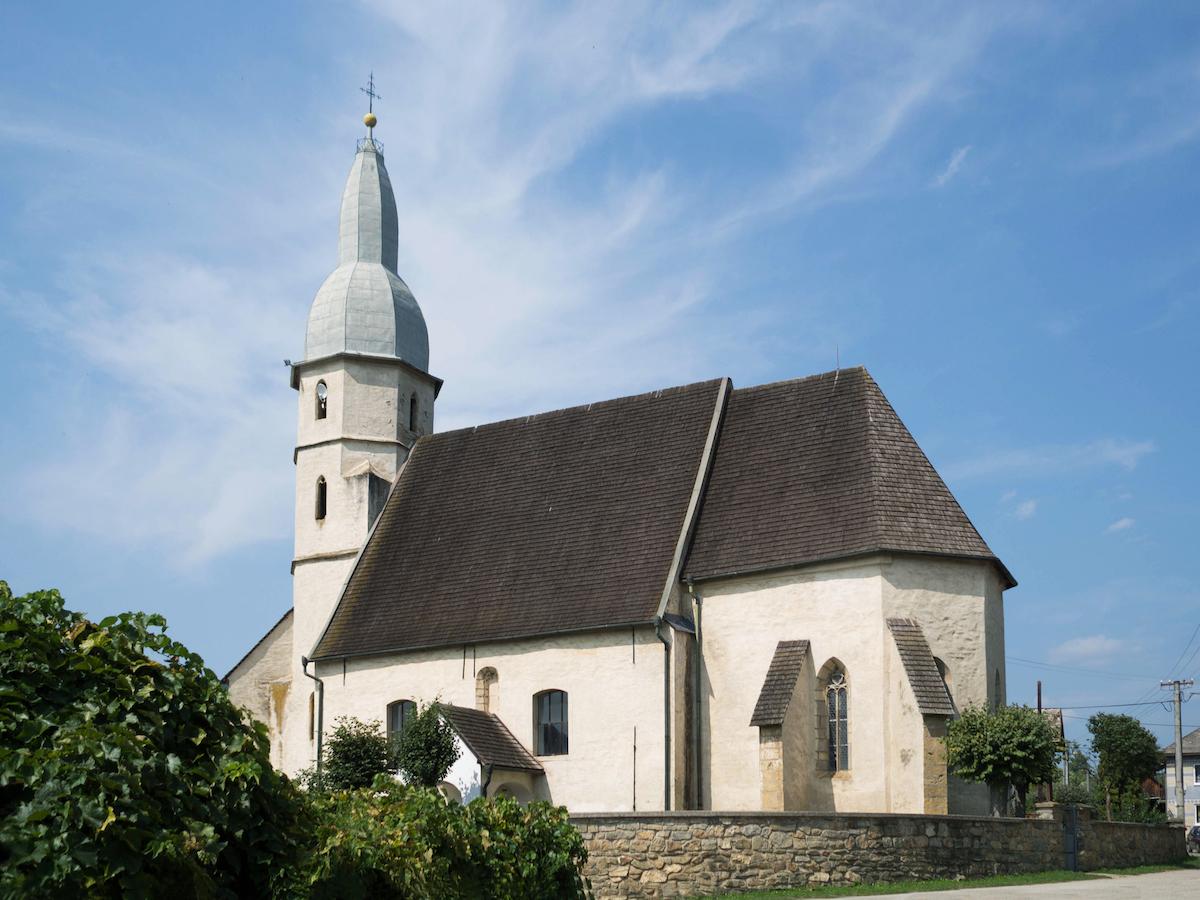 Gotický evanjelický kostol v Koceľovciach pochádza zo 14. storočia.