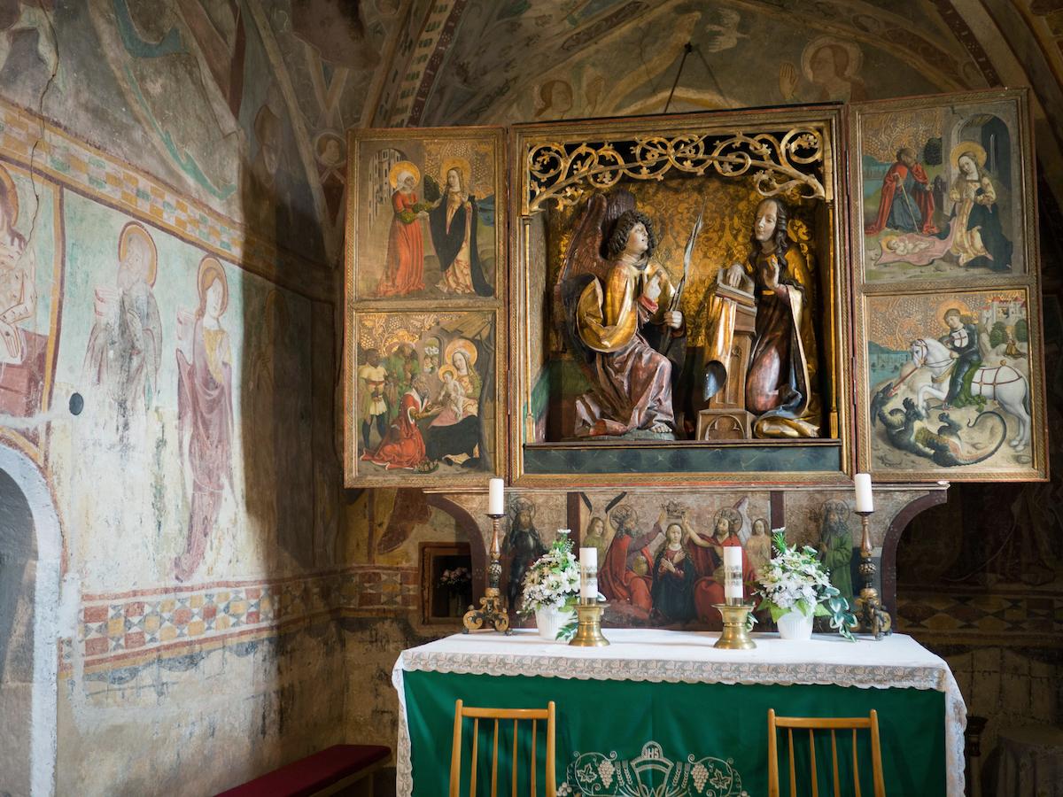 Oltár v apside ranogotického kostola v obci Chyžné pochádza z dielne Majstra Pavla z Levoče.