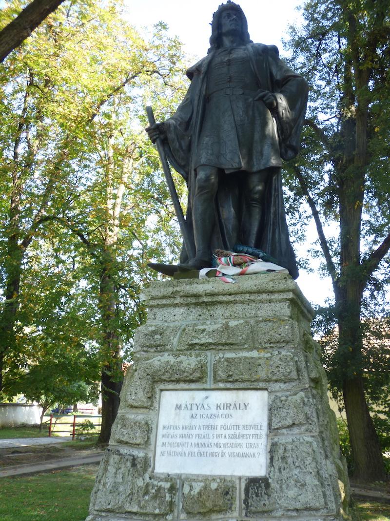 Bronzová socha kráľa Mateja Korvína v dedine Gemer pochádza zo začiatku 20. storočia.