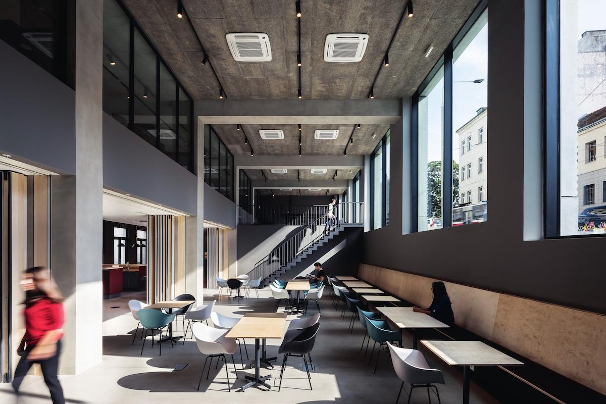 Prízemie budovy zaujíma vstupná hala, spoločenské aj rekreačné priestory a reštaurácia.