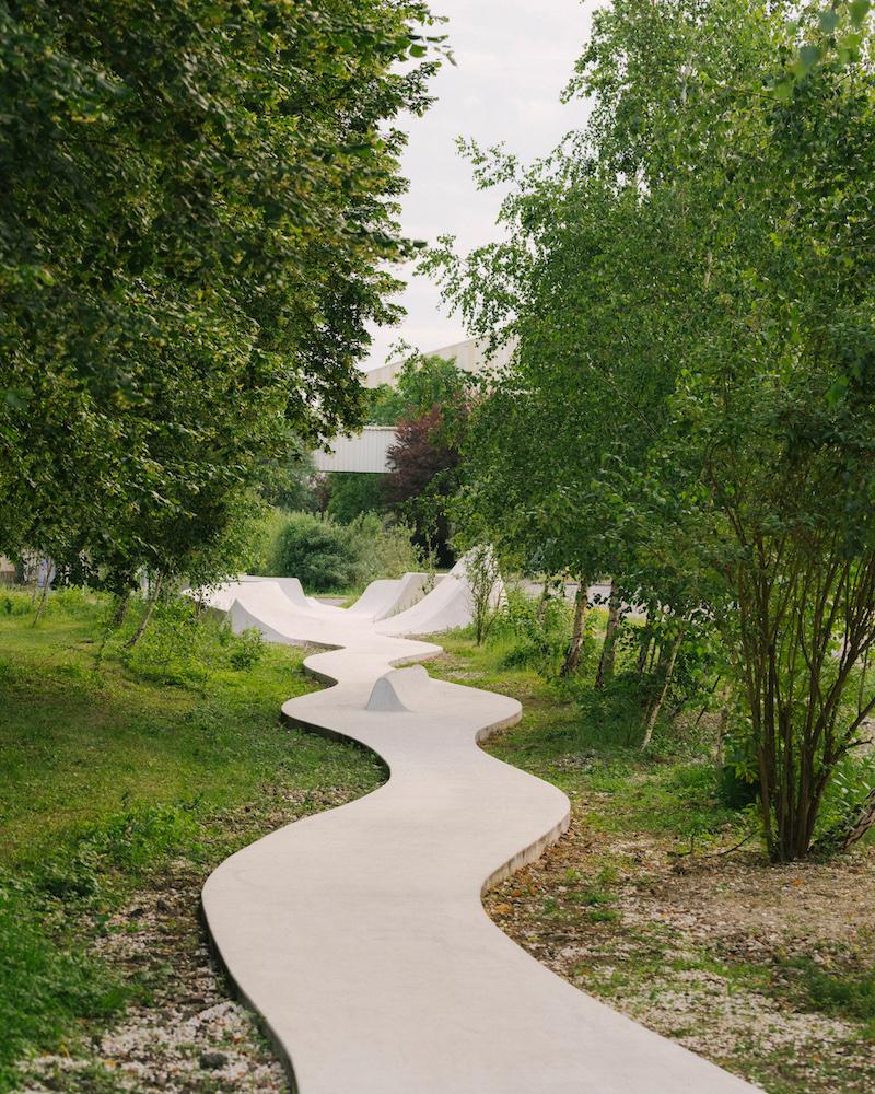 Dráha sa skrýva za lipami, topoľmi, brezami a budlejami.