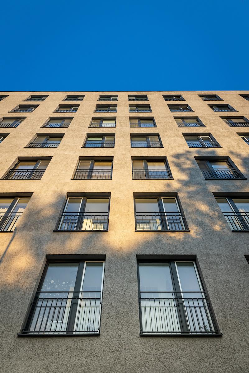 Materiálové a farebné riešenie fasády zjednocuje objekt so susediacou bytovou zástavbou.