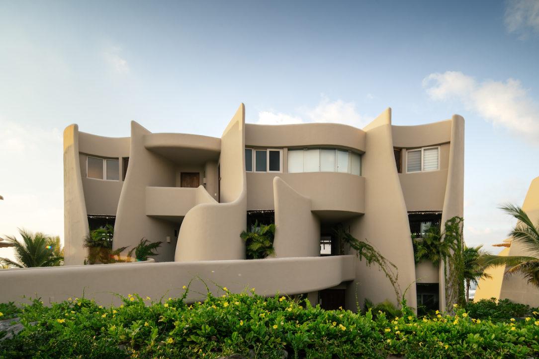Fluidná architektúra je zdanlivo inšpirovaná vlnami mora. Zlepšuje však fyzikálne vlastnosti stavby, využitie interiéru i cirkuláciu vzduchu.
