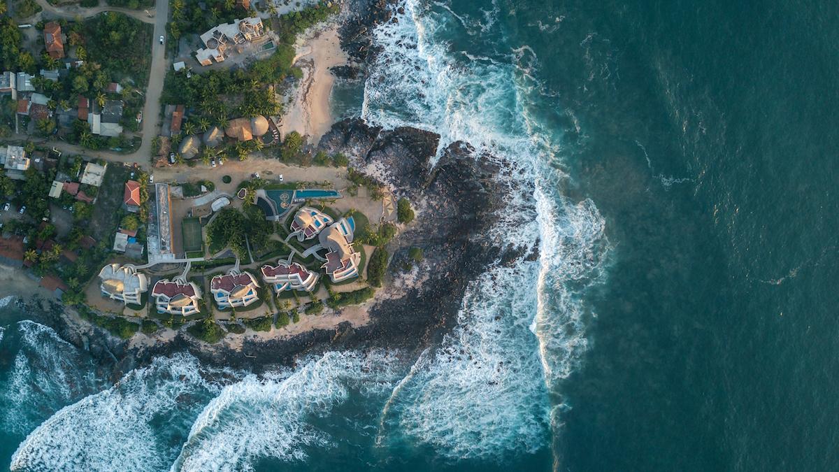 Architekti si nemohli priať krajší pozemok – výbežok pevniny do Pacifiku s jedinečnou atmosférou.