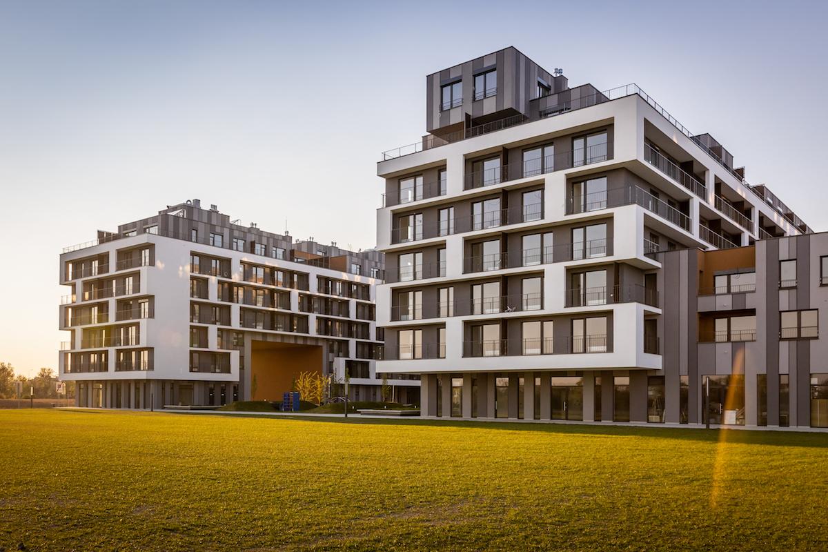 Neutrálnu farebnosť dynamizujú fasádne prvky v podobe priebežných balkónov a na najvyššom podlaží terasy.
