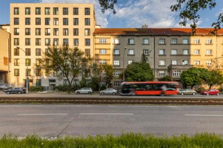 Zjednotený raster okien a umiernená farebnosť zvyšujú estetickú úroveň ulice.