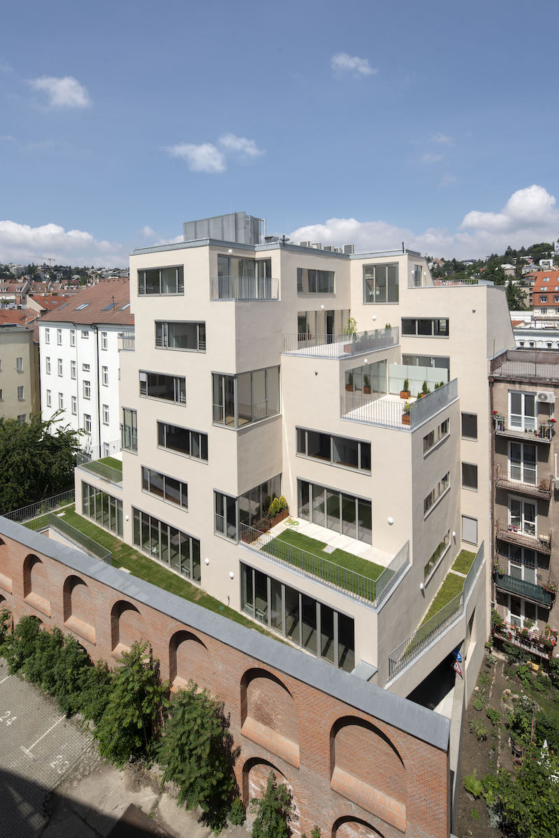 Hmotová skladba uprednostňuje presvetlenie interiérov a prítomnosť zelene na terasách.