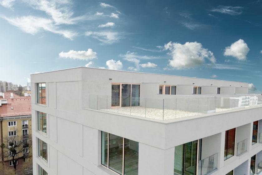 Byty majú vysoké stropy, veľkoformátové hliníkové okná či podlahové kúrenie so zónovou reguláciou.