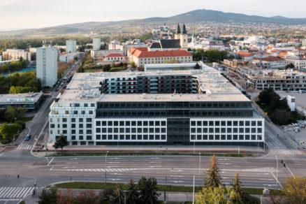 Polyfunkčný objekt Tabáň tvorí kompaktný blok. Nachádza sa v centre Nitry v blízkosti nákupného centra Mlyny i pešej zóny.