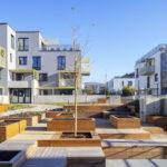 Bytový komplex vychádza z blokového urbanizmu, kde sa exteriérový priestor delí na verejnú ulicu a poloverejný vnútroblok.