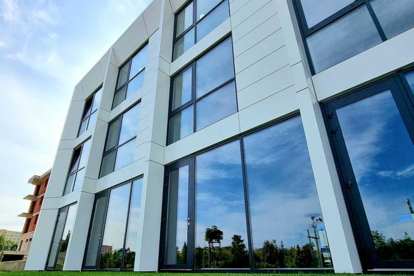 Hliníkové okná a dvere ako súčasť modernej budovy
