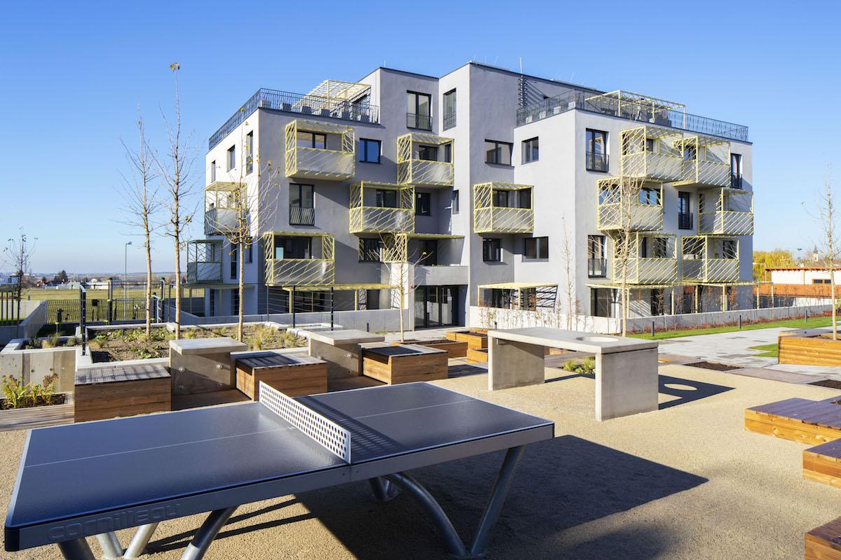 V blokovom urbanizme sa exteriérový priestor delí na verejnú ulicu a poloverejný vnútroblok.