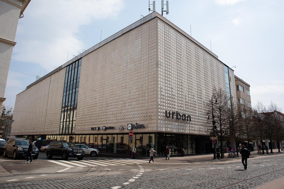 Autorkou umeleckej fasády je Jana Bartošová Vilhanová. Špecifické obkladačky vďaka rekonštrukcii opäť vynikli.