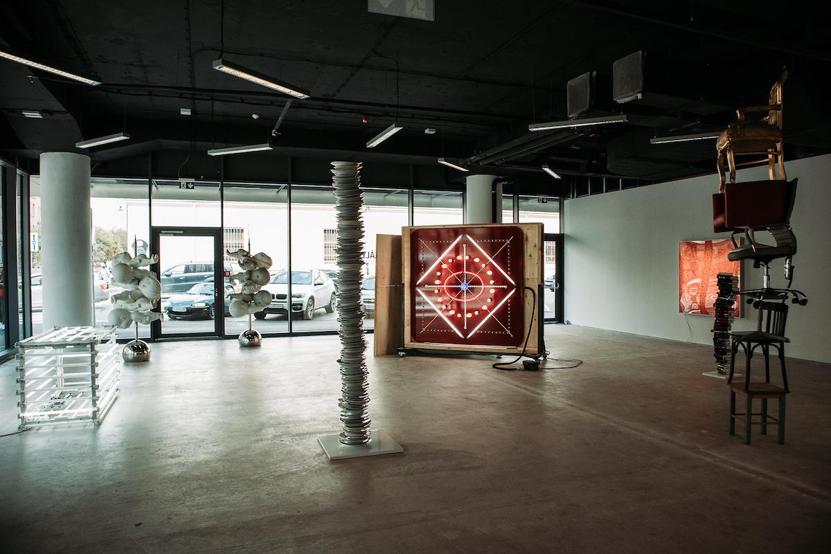 Sprievodná výstava je umiestnená v pomyselnom prechode medzi exteriérom a interiérom.