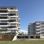 Architekti sa nechali inšpirovať princípmi Ville Radieuse od Le Corbusiera, kde je najmä veľa svetla. Výsledkom je vertikálny terasový dom s priestrannými terasami.