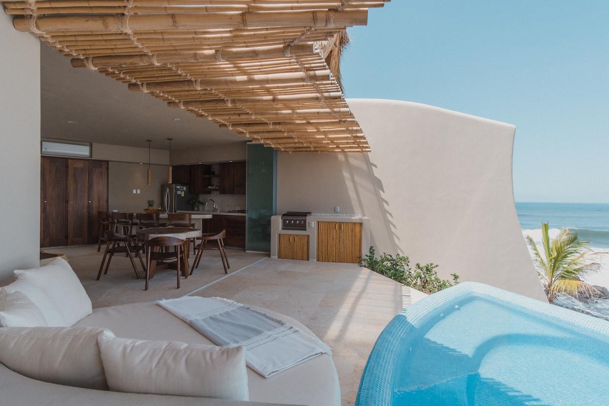 Bambusové pergoly a zemité omietky sú odkazmi tradičnej architektúry.