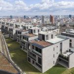 Svahovitý terén má jasný potenciál. Hmoty budov na zaklenutie reagujú a zabezpečujú tak panoramatické výhľady z jednotlivých bytov.