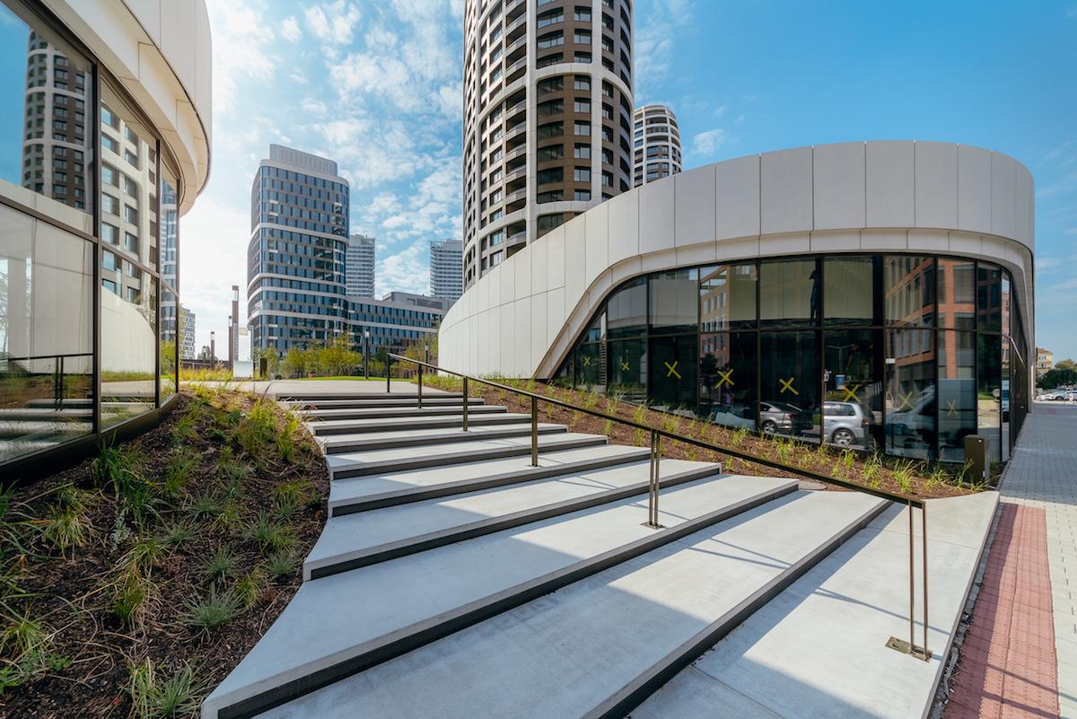 Súčasťou budovy SKY PARK Offices je 31-tisíc m2 kancelárskych a obchodných priestorov.
