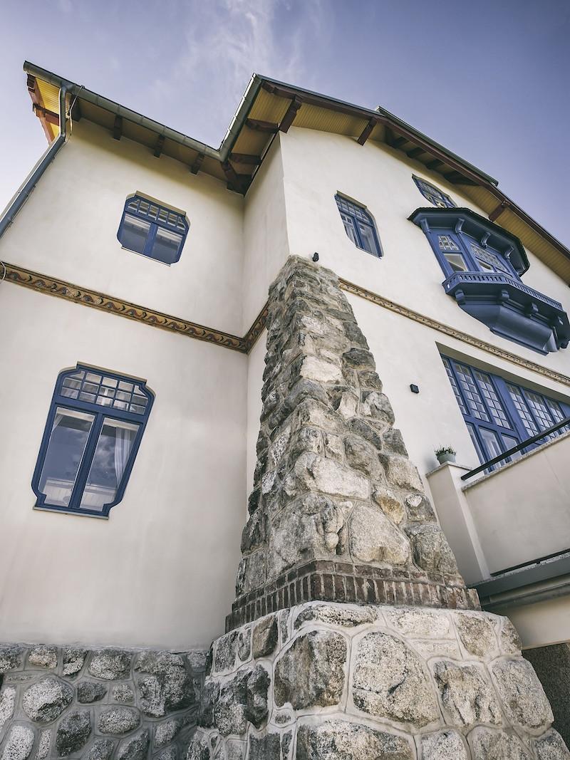 Oporný múr je vyskladaný z miestneho materiálu – granitového kameňa.