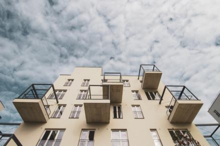 Špecifikom súboru Kamence sú výrazné balkónové konštrukcie.