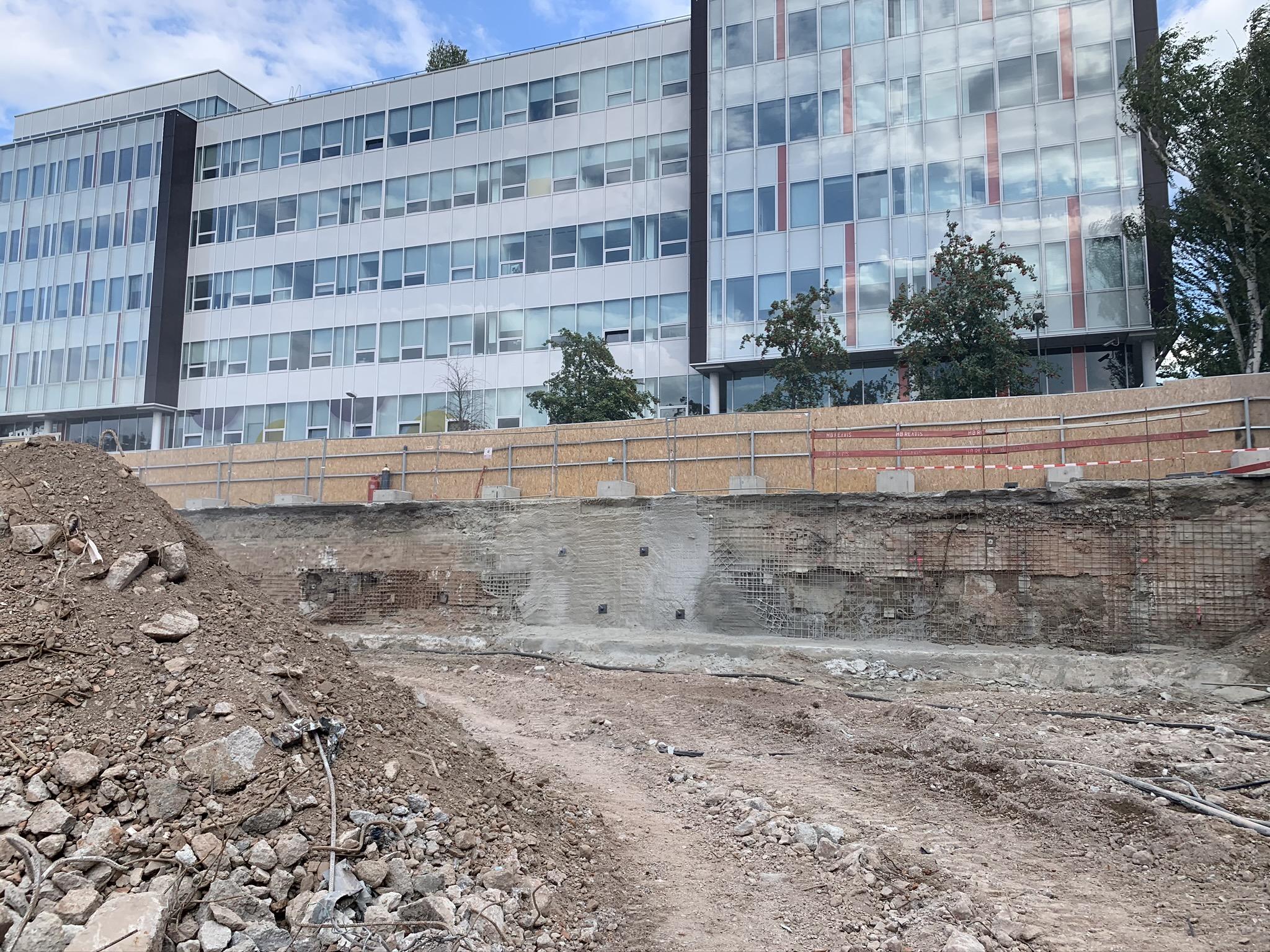 Obr. 2a Pohľady na existujúcu stenu zo striekaného betónu pred stabilizáciou