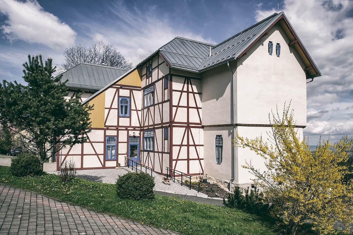 Hlavné fasády objektu sú omietnuté nahladko, zatiaľ čo vedľajšie majú priznanú hrazdenú konštrukciu.
