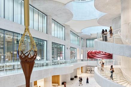Centrálne átrium vysoké impozantných 15 metrov spája priestory s rôznorodými funkciami – od výroby po kaviareň.