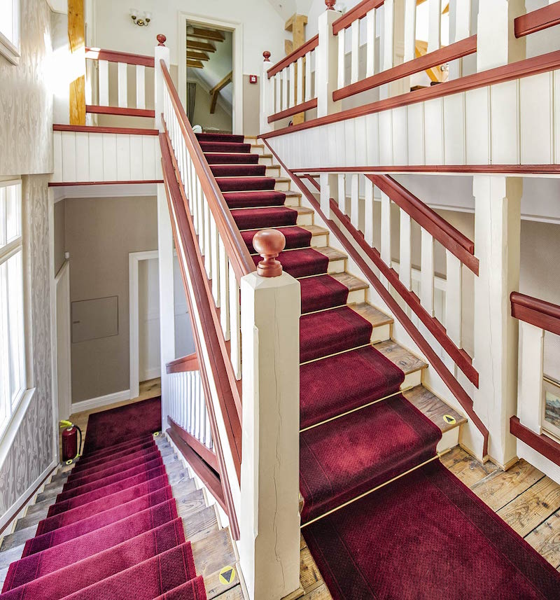 Pôvodné schodisko bolo zreštaurované podľa predlôh z dobových fotografií.
