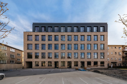 Výraz budovy určuje pravidelná mrežová fasáda z béžových lícových tehiel s jediným typom okna.