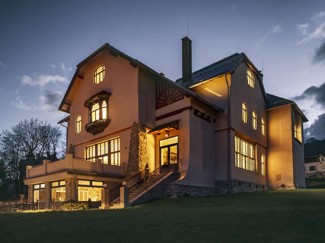 Vila sa podvečer mení na lampáš lákajúci pocestných.
