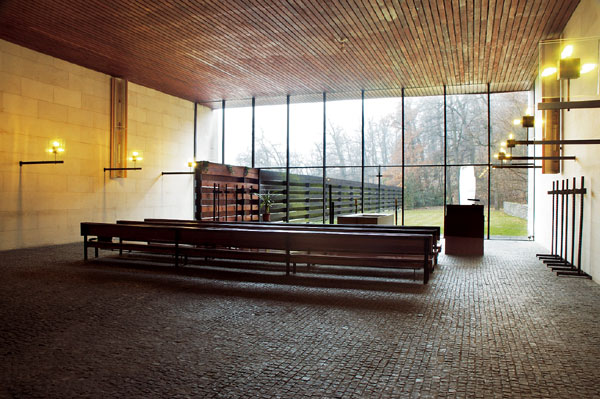 38eb8f556 Krematórium som veľakrát navštívil so zahraničnými kolegami – architektmi.  Väčšinou prechádzali ticho – či už exteriérom, alebo interiérom – a ticho  aj ...