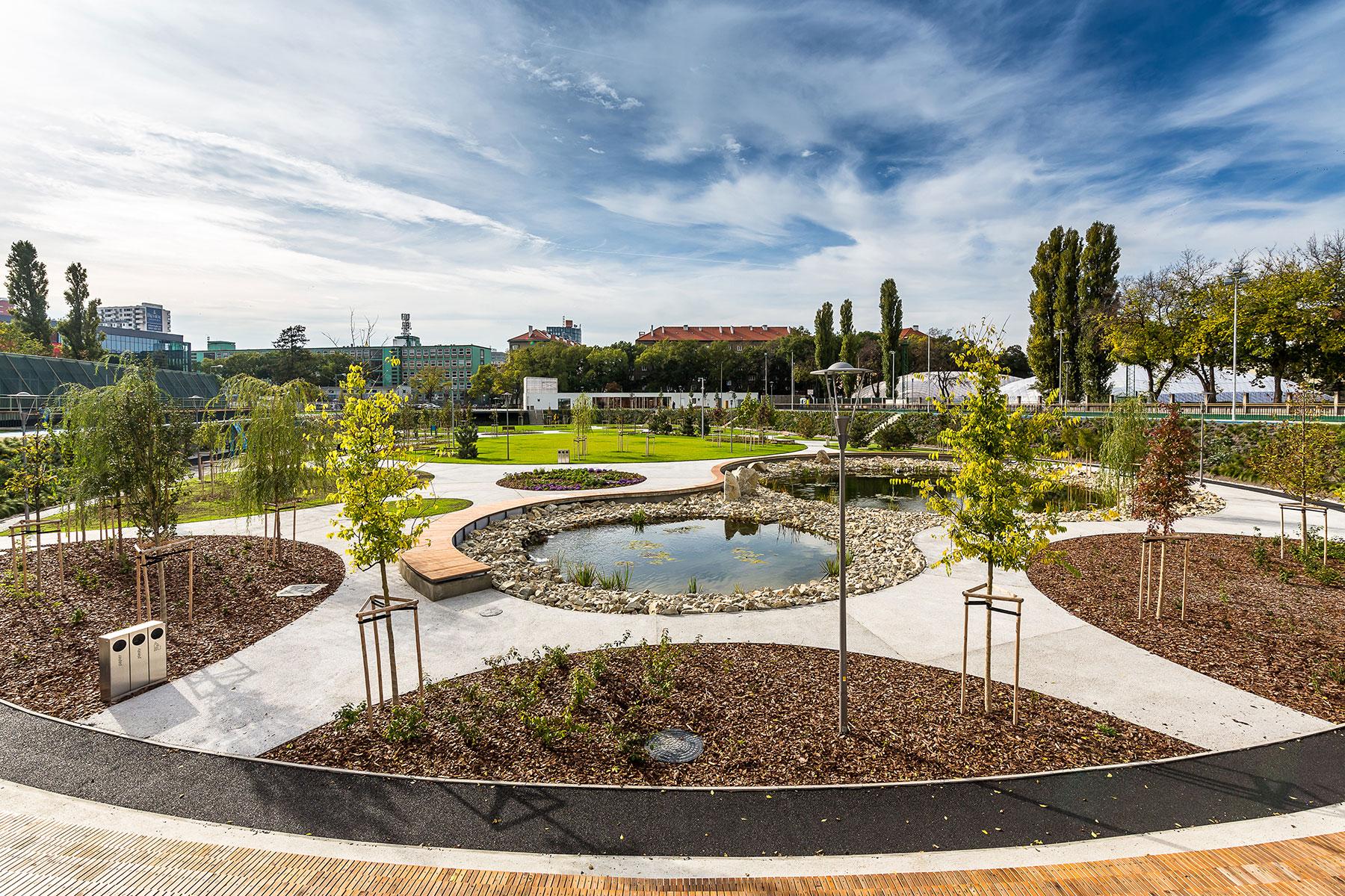 Park JAMA v Novom Meste vznikol ako jeden z 10 projektov adaptovania mesta na zmenu klímy. Projekt bol uskutočnený v roku 2017.