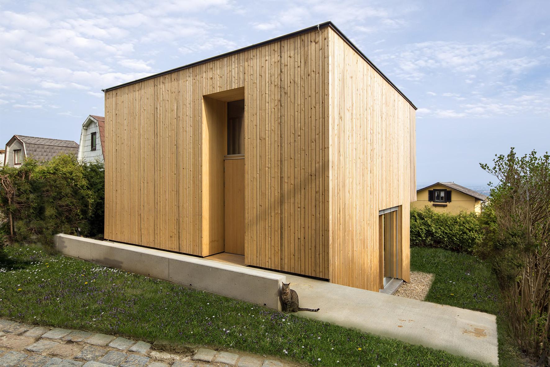 TROY Haus mit Kirschbaum 01