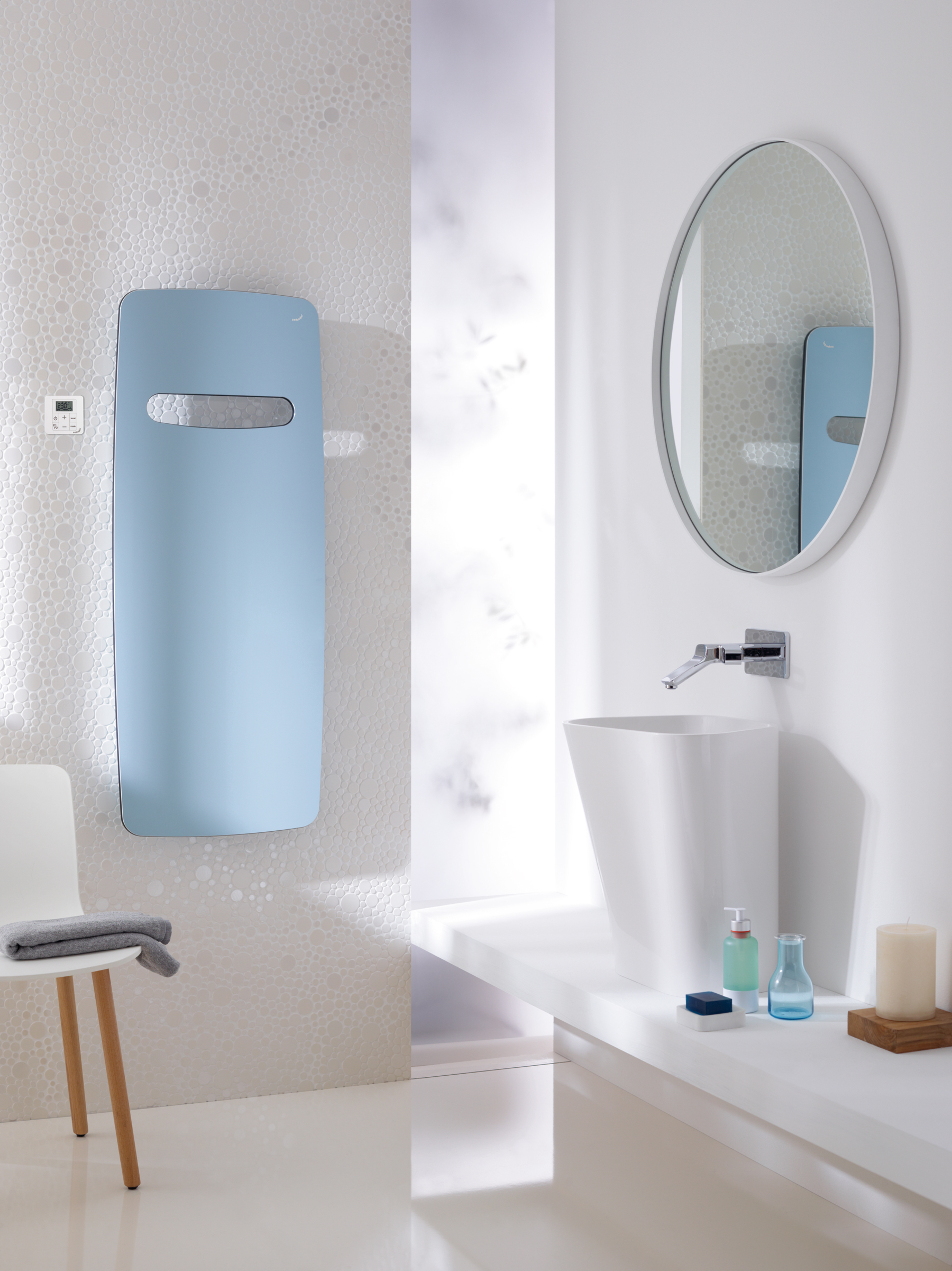 Nariadenie ecodesign foto - Zehnder-RAD-Vitalo-Spa-RACY-S-50mm-bathroom-1500-590-people-pacific-blue_Print_25812