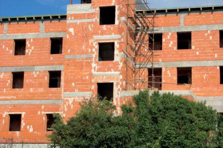 Alternatívy zvýšenia únosnosti murovaných stien budov z tehliarskych murovacích prvkov