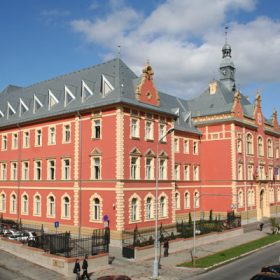 budova krajskeho sudu ziskala modernu tvar