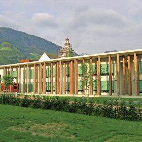 budova zakladnej skoly s drevenym stlporadim
