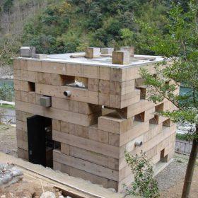 dom z drevenych hranolov v japonsku