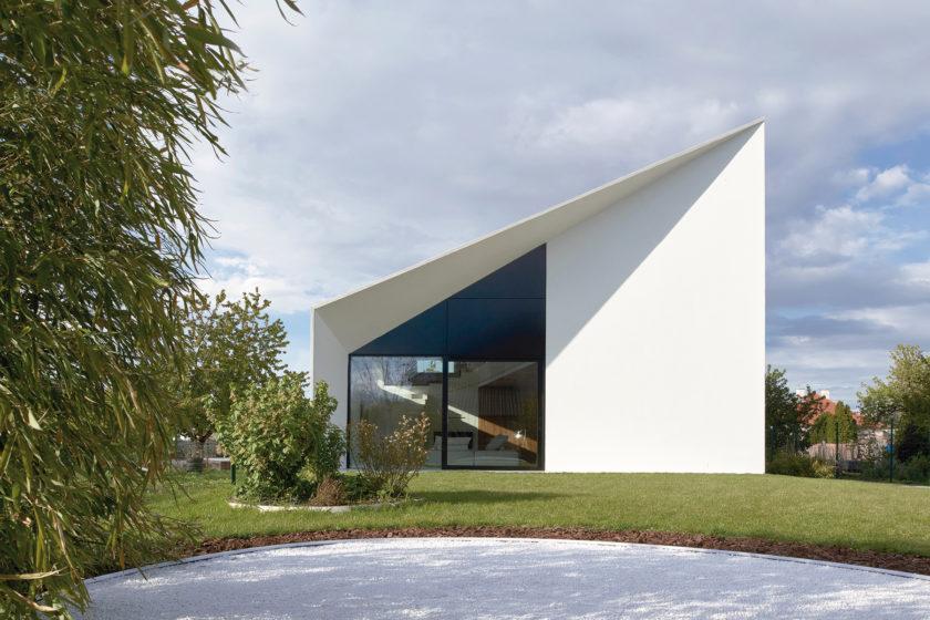 Architektov dom zapadol do vidieckej krajiny