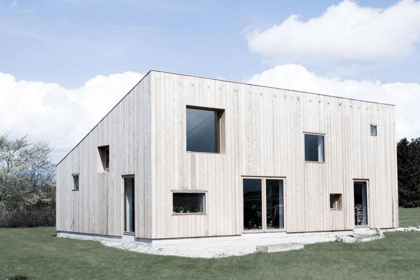0b738b05f Interiér domu so šikmou strechou je plný svetla | ASB.sk