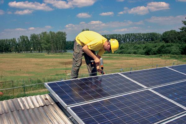 Inštalácia fotovoltických panelov na šikmú strechu