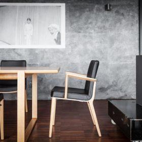 interieru pristanu drevene stolicky