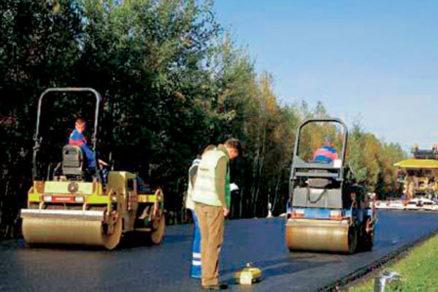 kladenie dvoch asfaltovych vrstiev technologiou compactasphalt
