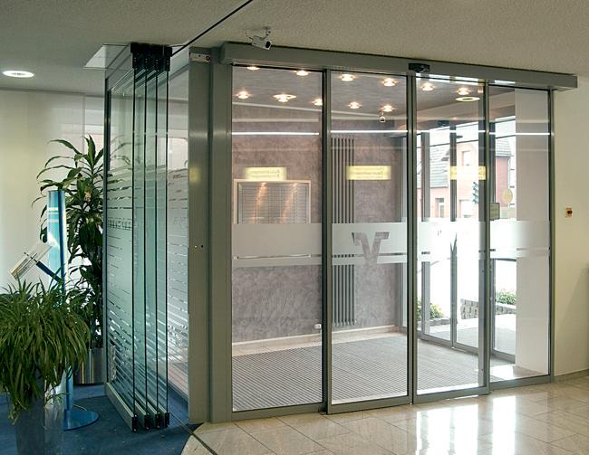 moderny bezbarierovy vstup s automatickymi posuvnymi dverami od gu