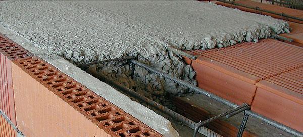 Príčiny porúch montovaných keramických stropov