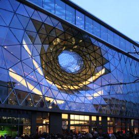sklena fasada zabavneho centra myzeil vo frankfurte